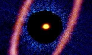 Kompozitný obrázok hviezdneho systému Fomalhaut. ALMA, zobrazená oranžovo, odhaľuje excentrický disk, optické údaje z Hubbleovho vesmírneho teleskopu sú znázornené modrou. Autor: ALMA (ESO/NAOJ/NRAO), M. MacGregor; NASA/ESA Hubble, P. Kalas; B. Saxton (NRAO/AUI/NSF)