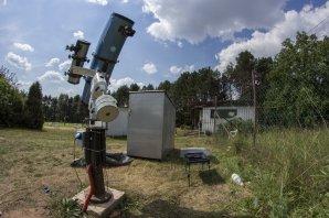 Dalekohled typu Newton o průměru hlavního zrcadla 254 nm (vpravo) použitý při focení. Autor: Astronomická expedice