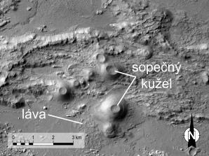 Skupina malých sopek a lávových proudů na dně Coprates Chasma, nejhlubší části Valles Marineris. Sopky jsou velmi podobné pozemských sypaným kuželům (snímek byl pořízen americkou sondou Mars Reconnaissance Orbiter). Autor: NASA/JPL/University of Arizona