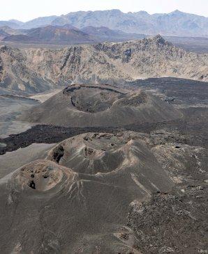 Příklad sypaných kuželů, nejhojnějšího druhu sopek na Zemi (oblast Harrát Lunajjir, Saúdská Arábie). Autor: John Pallister z U.S. Geological Surve