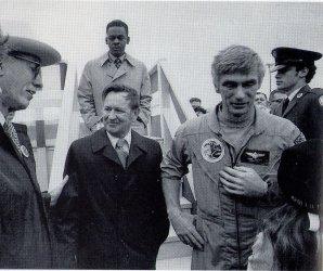 Eugene Cernan (v letecké kombinéze) a Chris Kraft (v černém kabátě) po letu Apolla 17 Autor: Kniha Flight: My Life in Mission Control