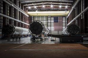 První stupně raket Falcon 9 v montážní hale. Podobně by mohlo vypadat sestavování Falconu Heavy. Autor: SpaceX - flickr