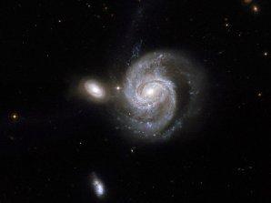 Spirální galaxie NGC 7674 (největší objekt na obrázku) Autor: NASA