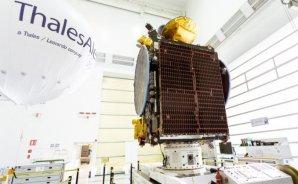 Družice Koreasat 5A v montážní hale ve Francii Autor: spaceflightnow.com
