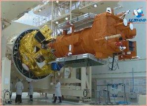 Družice Meteor (v oranžové izolaci) na zlatém stupni Fregat v montážní hale Autor: Anatolij Zak/Russian Space Web