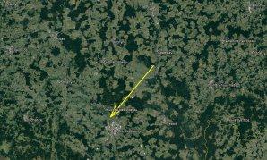 Průmět atmosférické dráhy bolidu EN031217 na zemský povrch (žlutá šipka). Skutečná délka vyfotografované atmosférické dráhy 63 km a bolid jí uletěl přibližně za 5 s. Autor: Google/AsÚ AV ČR.