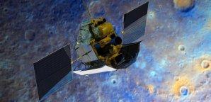 Kosmická sonda MESSENGER nad povrchem planety Merkur Autor: NASA/JHUAPL/Carnegie Institution