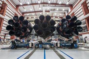 Pohled na motory prvního stupně Falconu Heavy v montážní hale, celkový průměr činí 12 metrů Autor: Facebook SpaceX