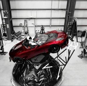 """Tesla s """"řidičem"""" na adaptéru pro připojení nákladu k hornímu stupni Autor: pbs.twimg.com/media"""
