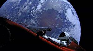 Další pohled na kabriolet s figurínou ve skafandru nad Zemí, dole je Austrálie Autor: spaceflightnow.com