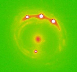 Eliptická galaxie uprostřed obrázku vytvořila čtyřnásobný obraz vzdáleného kvasaru Autor: University of Oklahoma