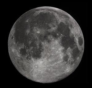 Měsíc v úplňku při pohledu ze Země. Na první pohled si můžeme všimnout impaktních kráterů, ale také přítomnosti světlých a tmavých oblastí. Autor: Gregory H. Revera, CC-BY-SA 3.0