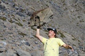 Příklady zpěněné lávy se dají najít i na Zemi. Na fotografii můžete vidět člověka držícího jednou rukou bez větší námahy velký balvan tvořený sopečnou horninou plnou bublinek. To hornině propůjčuje nízkou hustotu i hmotnost. Soukromý archiv autora. Autor: Petr Brož, licence CC-BY-SA 3.0