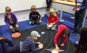 Astronomický kroužek pro mladší - vyrábění mapy sluneční soustavy (svítí ve tmě :) Autor: Astronomický kroužek v Brně