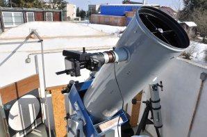 Dalekohled Newton 30cm ve Staré pozorovatelně hvězdárny Třebíč s fotoaparátem Nikon P340 za okulárem. Na fotoaparátu je položena akustická krabička – výstup z DCF přijímače. Autor: Michael Kročil