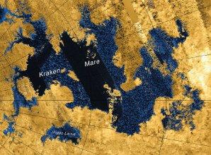 Černou a modrou barvou je vyznačena rozloha Kraken Mare na Titanu Autor: NASA/JPL-Caltech/ASI/USGS
