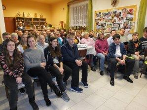 Společenský sál mokerské knihovny zaplněný oceněnými účastníky soutěže Neklidné nebe s jejich příbuznými. Autor: Dagmar Honsnejmanová.