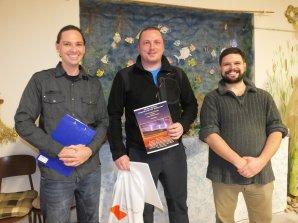 Absolutní vítěz soutěže Neklidné nebe, Andrej Slávik, ve společnosti dvou porotců - Petra Horálka (vlevo) a Petra Komárka (vpravo). Autor: Dagmar Honsnejmanová.
