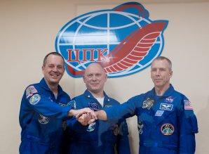 Odhodlaná posádka po schválení ruskou státní komisí den před startem (zleva R. Arnold, O. Artěmjev a A. Feustel) Autor: NASA flickr
