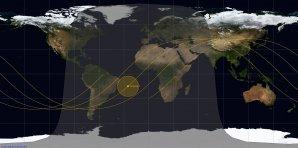 Mapa pohybu stanice Tiangong 1 během 6hodinového zánikového okna v noci na pondělí. Ve žlutém kolečku je poloha stanice v nejpravděpodobnějším čase zkázy, v 02:47 SELČ 2. dubna. Autor: Spaceflight101.com