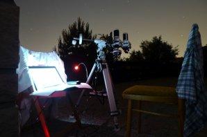 Souprava CCD Atik 320E s teleobjektivem 200 mm a vzpřimujícím hledáčkem. Autor: Bohuslav Hladík