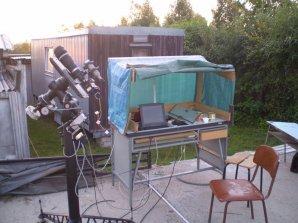 Autorovo pozorovací stanoviště na AO Kolonica - teleobjektiv o ohniskové vzdálenosti 400 mm s malou CCD kamerkou. Tímto přístrojem autor pořídil svá první pozorování proměnných hvězd. Autor: Martin Mašek