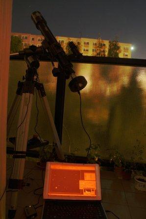Balkonové pozorování s Lídlskopem (refraktor 70/700 mm) a malou CCD kamerou na montáži GSO s pohonem polární osy. Autor: Martin Mašek