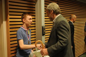 Vítěz kategorie GH přijímá gratulaci od ředitele HaP v Hradci Králové Autor: Radek Kříček