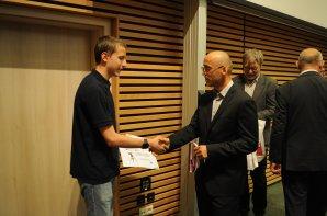 Vítěz kategorie EF přebírá medaili od radního Královéhradeckého kraje, Rudolfa Cogana. Autor: Radek Kříček