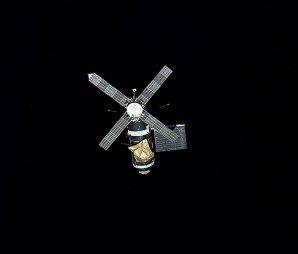 """Stanice Skylab, """"vesmírný mlýn"""", jak zněla její přezdívka dle charakteristických solárních panelů, na oběžné dráze Autor: NASA"""