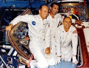 Konec září 1969, posádka Apolla 12 testuje svou kabinu v montážní hale (zleva Ch. Conrad, R. Gordon a A. Bean) Autor: Apollo Lunar Surface Journal