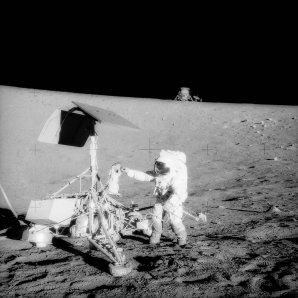 Velitel Apolla 12 Conrad při průzkumu sondy Surveyor 3 Autor: NASA