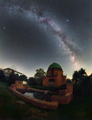 Mléčná dráha nad centrální kopulí historické části ondřejovské observatoře. Autor: Petr Horálek.