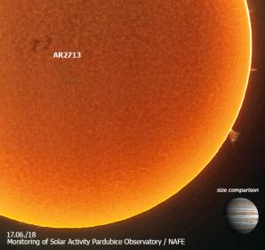 Aktivní oblast NOAA AR2710 (uměle obarvené) a ilustračně doplněné o velikostní srovnání s planetou Jupiter. Autor: Hvězdárna Pardubice