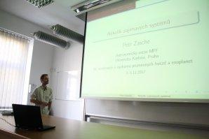 Petr Zasche z MFF přednáší o zajímavých systémech zákrytových dvojhvězd Autor: Martin Mašek