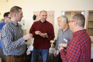 Kuloárové diskuze na konferenci Autor: Martin Mašek