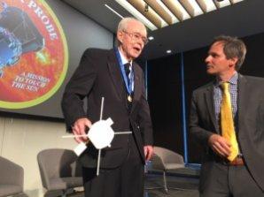 Profesor E. N. Parker (vlevo), jehož jméno nenese jen tak náhodou název mise. Autor: NASA
