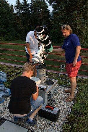 Obrázek 4: Petr Mrňák a Radek Dřevěný při práci na sekčním dalekohledu Autor: Martin Mašek