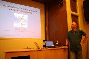 Obrázek 3: Marek Skarka během přednášky o roli proměnných hvězd v astronomii Autor: Martin Mašek