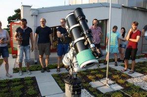 Obrázek 2: Na společné prohlídce areálu hvězdárny Autor: Martin Mašek