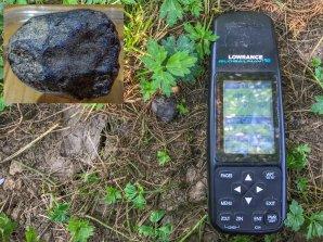 Obrázek 6. První meteorit Renchen (M1) o hmotnosti 11.9 g v nálezové pozici a s vloženým detailem. Meteorit byl nalezený necelé 2 týdny po pádu dne 24. července 2018. Autor: Ralph Sporn a Martin Neuhofer, Pavel Spurný.