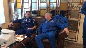 Toto je člen posádky Sojuzu MS-10 Nick Hague (vlevo) a Dmitrij Rogozin, ředitel Roskosmosu (vpravo), krátce po vyzvednutí záchrannými oddíly. Autor: Roskosmos
