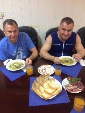Alexej Ovčinin (vpravo) a Nick Hague (vlevo) jsou již zpátky na kosmodromu Bajkonur. Svojí čtvrteční večeři si určitě oba představovali na úplně jiném místě. Autor: Roskosmos