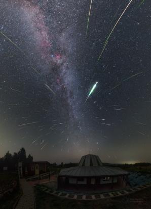 Proud meteorů z Persea nad planetáriem v Kolonici. Autor: Petr Horálek.