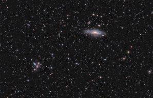 NGC 7331 a Seifertův Quintet focený z Krzyźu. Foto: M. Zakrzewski, Canon 500d, Newton 200/1000, 50 snímků po 5 minut. Zpracování DSS, PS CS6 a Pixinsight 1,8 Autor: Maciej Zakrzewski