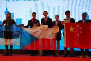Čeští bronzoví medailisté z 12. IOAA - Jáchym Bareš, Jiří Vala a Radka Křížová Autor: Jakub Vošmera