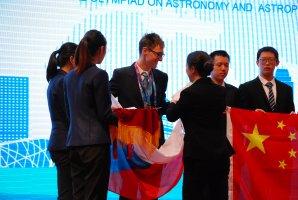 Martin Orság přebírá stříbrnou medaili na 12. IOAA v Pekingu Autor: Jakub Vošmera