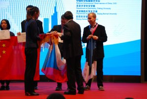 Jindřich Jelínek přebírá zlatou medaili na 12. IOAA v Pekingu Autor: Jakub Vošmera