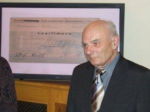 Pavel Mayer při předávání Nušlovy ceny 2009 ukazuje svou členskou legitimaci podepsanou osobně prof. Nušlem Autor: Petr Sobotka