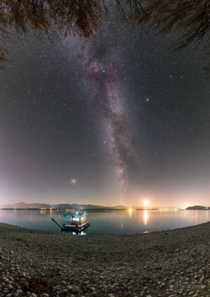 Mléčná dráha a Mars nad rybářským hauzbótem. Jasný objekt nad obzorem vpravo dole je zapadající mladý Měsíc a pohoří na obzoru jsou Nízké Tatry. Autor: Petr Horálek.